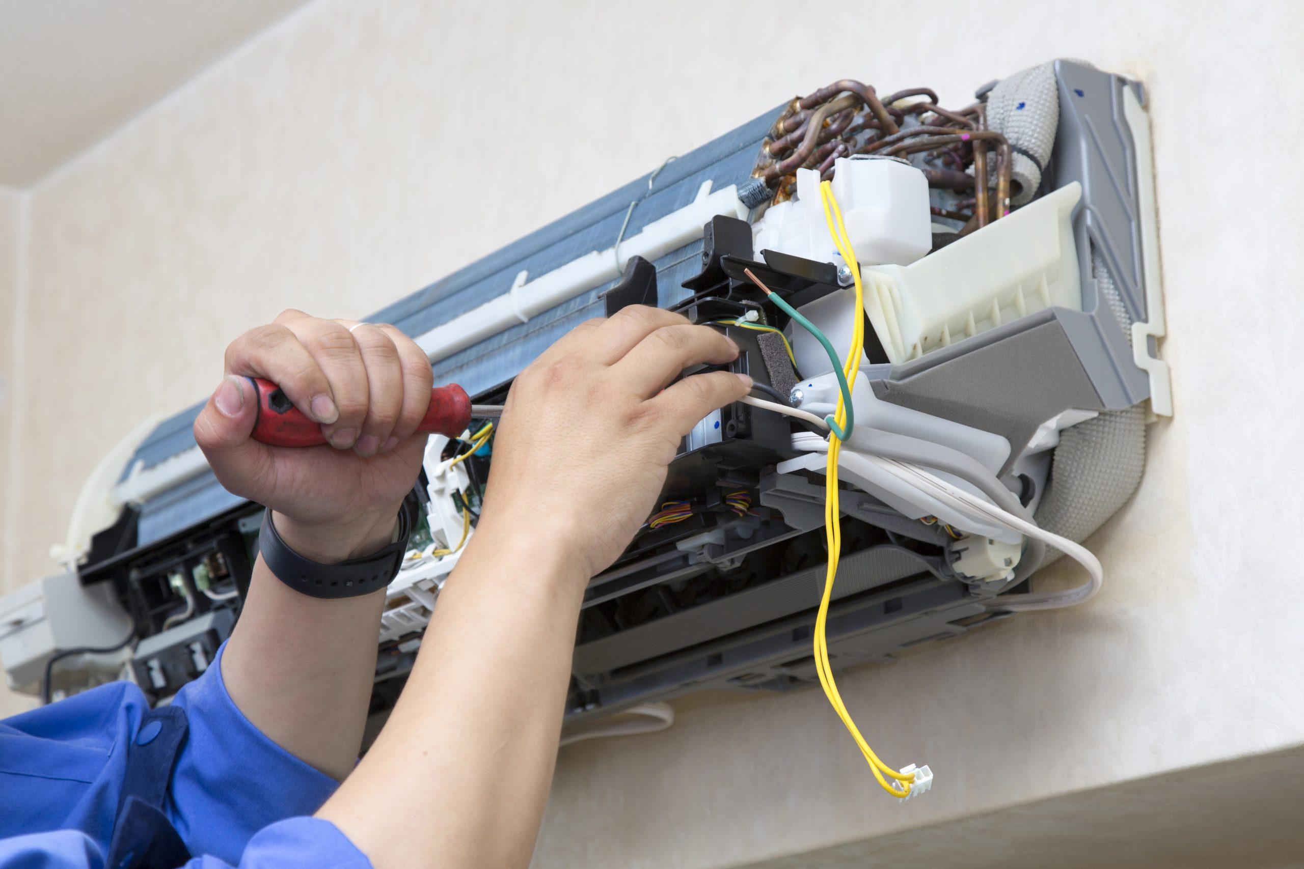 Hier repariert ein Mechatroniker eine Klimaanlage