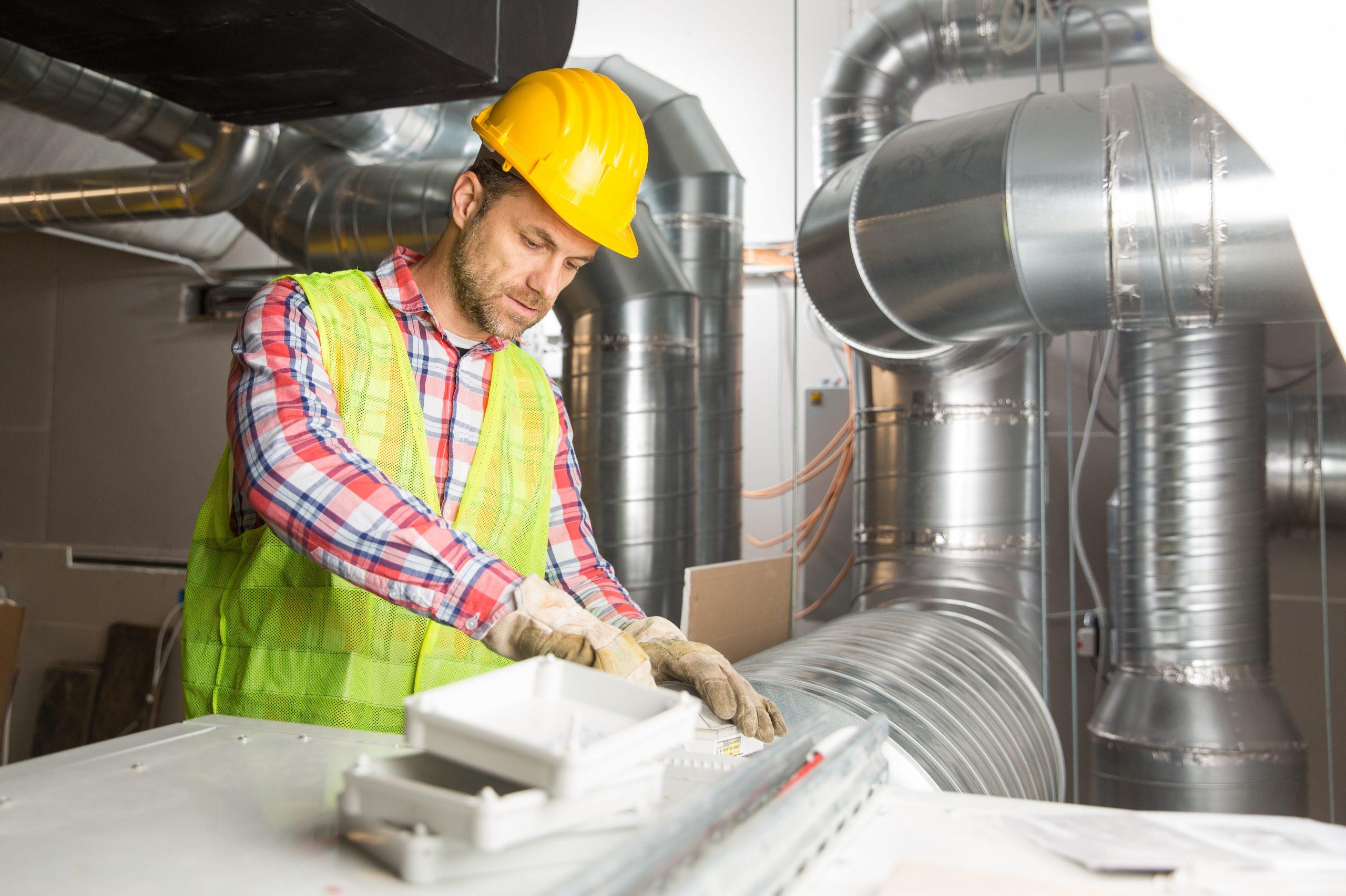 Servictechniker führt eine Wartung oder Installation durch