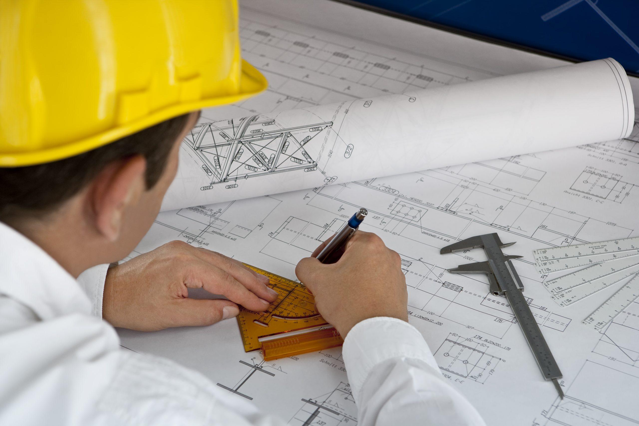 Technischer Systemplaner zeichnet den Plan für Lüftungsanlagen
